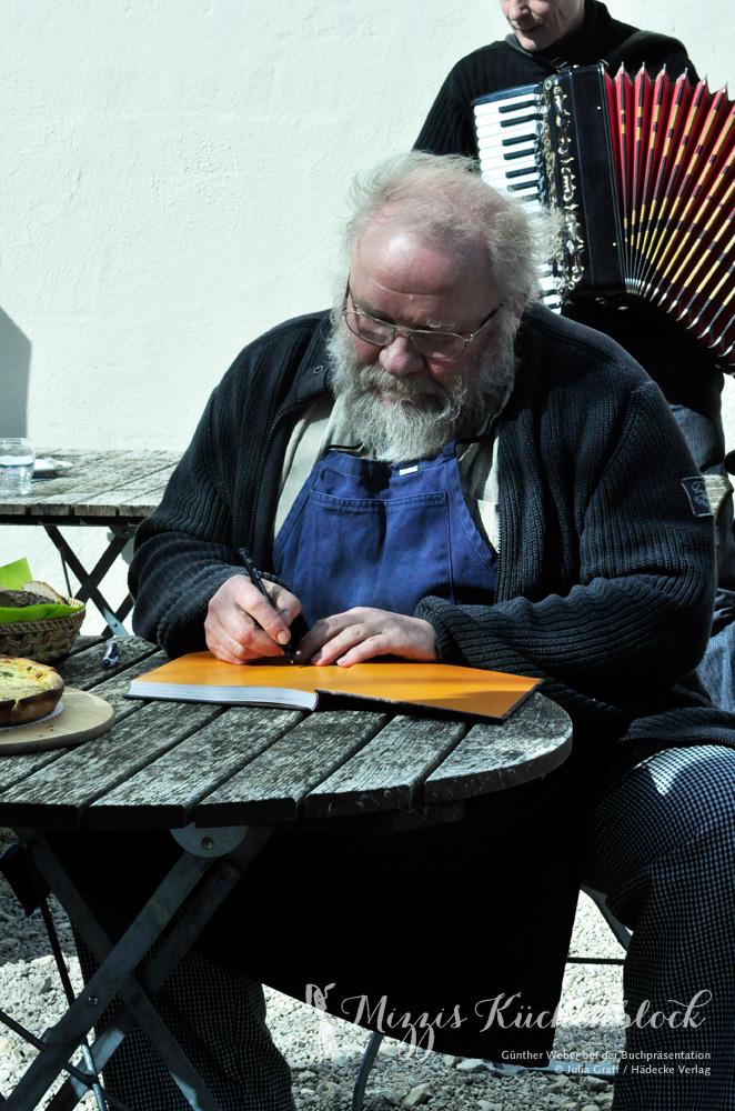 Günther Weber beim Signieren seines Brotbackbuches